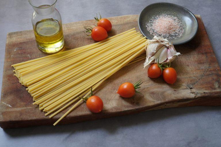 הכנת פסטה ברוטב עגבניות שרי