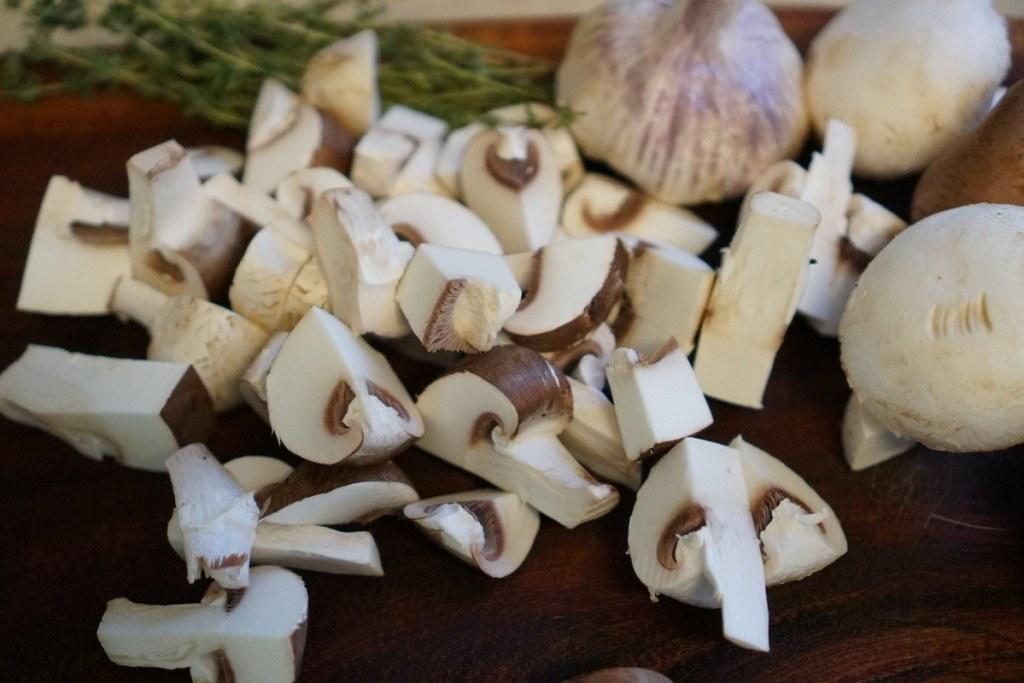 חותכים את הפטריות
