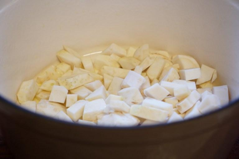 הכנת סלרי של מרק ערמונים וסלרי