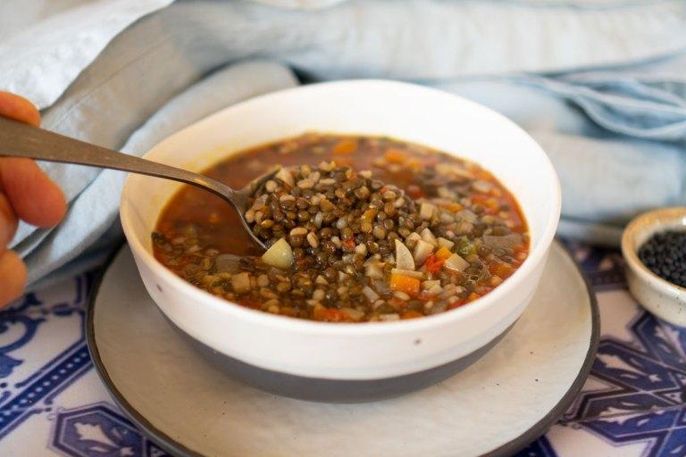 מרק עדשים שחורות עם גריסי פנינה