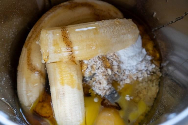 הכנת בלילה של פנקייק בננות וקוואקר