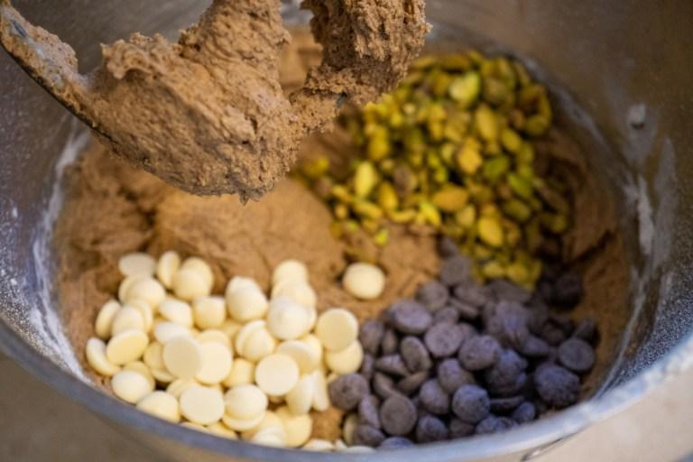 הוספת שוקולד בהכנת עוגיות אספרסו