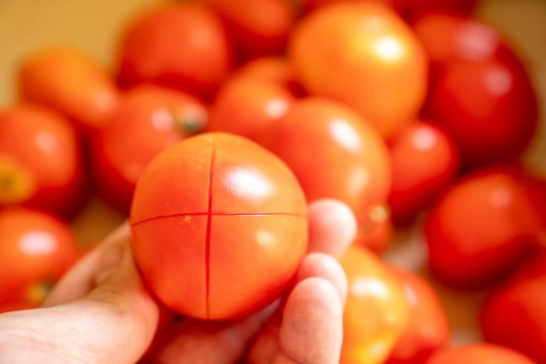 צולבים את העגבניה