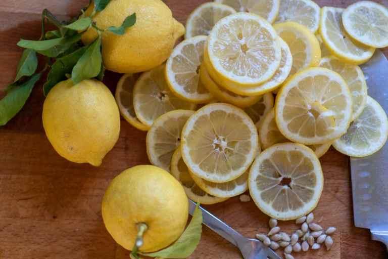 פורסים את הלימון לפרוסות דקות