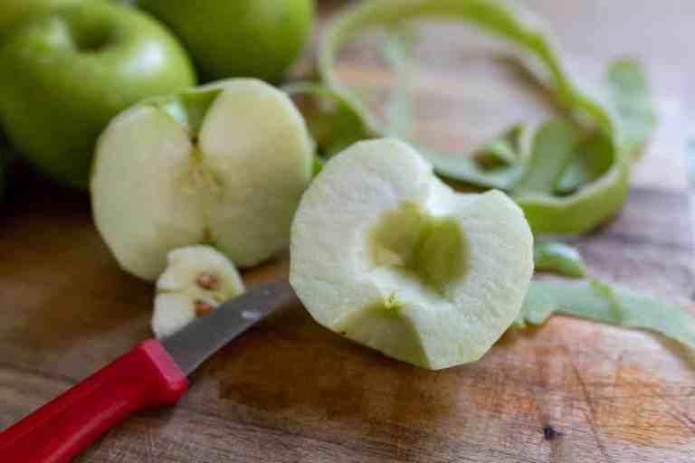 הכנת התפוחים לעוגה