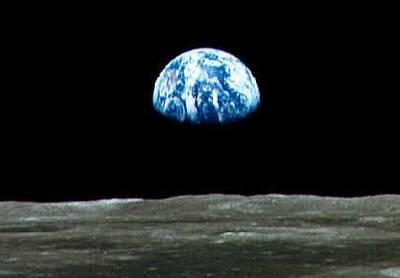 Die Erde über der Mondoberfläche