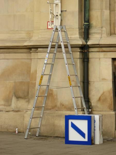 Das Logo der Deutschen Bank zur Reinigung abgenommen und um 90 Grad gedreht am Boden: Köstlich!
