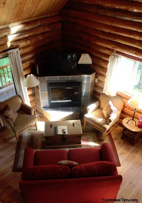 Lakedale Resorts 2 bedroom cabin living room
