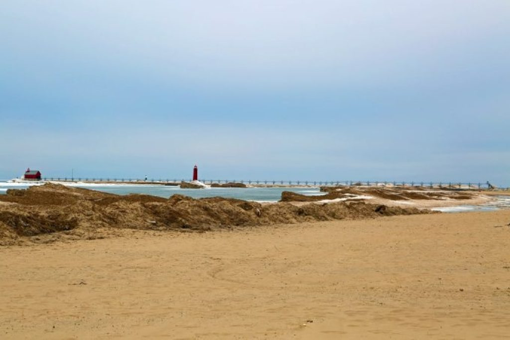 Grand-Haven-Lighthouse-and-South-Pier-from-the-beach.jpg