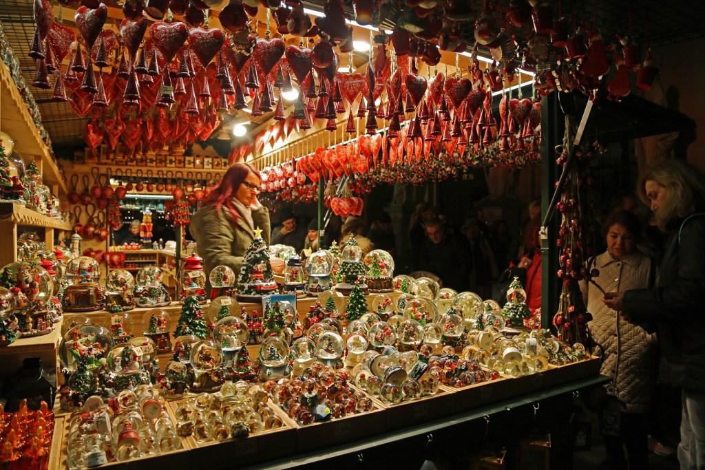 sno-globes-at-the-salzburg-austria-christmas-market