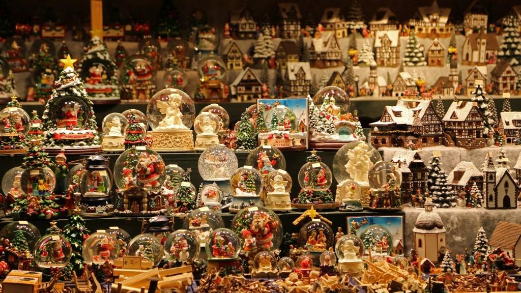 sno-globes-at-the-salzburg-christmas-market