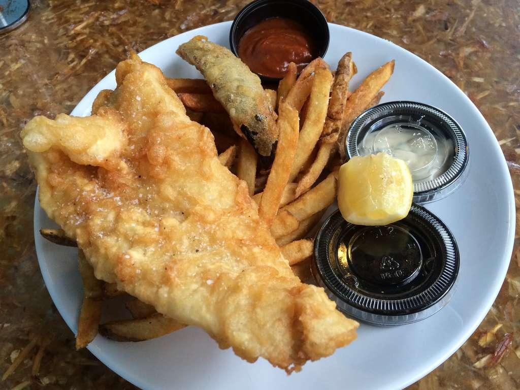 Plato de pescado y patatas fritas