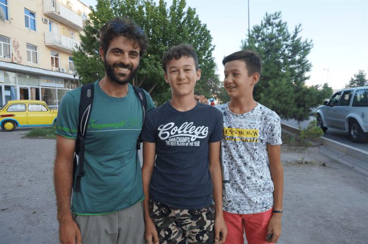 des jeunes turkmènes qui parlent très bien anglais !