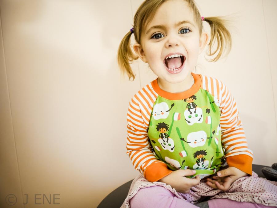 Barntandvård. Treåring hos tandläkaren.