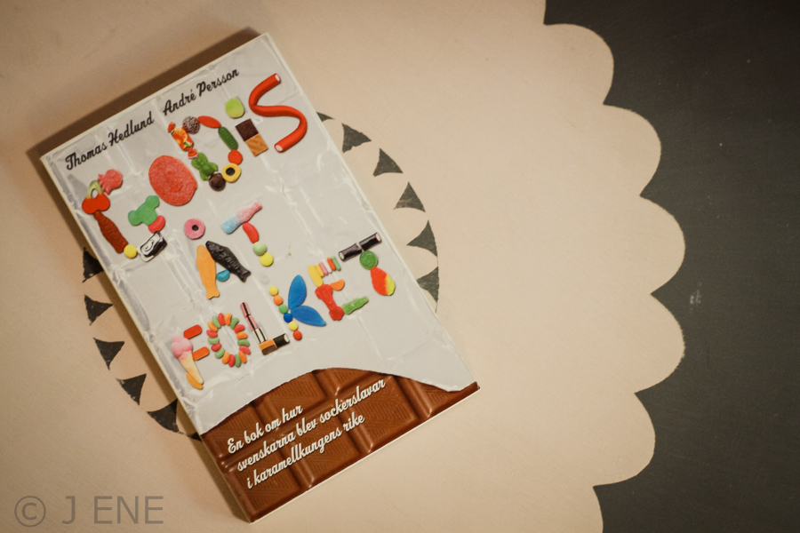 Godis åt folket : en bok om hur svenskarna blev sockerslavar i karamellkungens rike. Bok av Thomas Hedlund, André Persson. Foto: Johanna Ene 2019