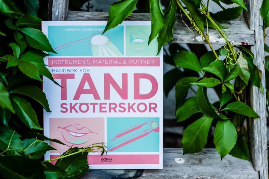 Tandsköterska kurslitteratur. Handbok För Tandsköterskor av Christina Clasén Wibring, Förlag Gothia Fortbildning. Foto Johanna Ene.