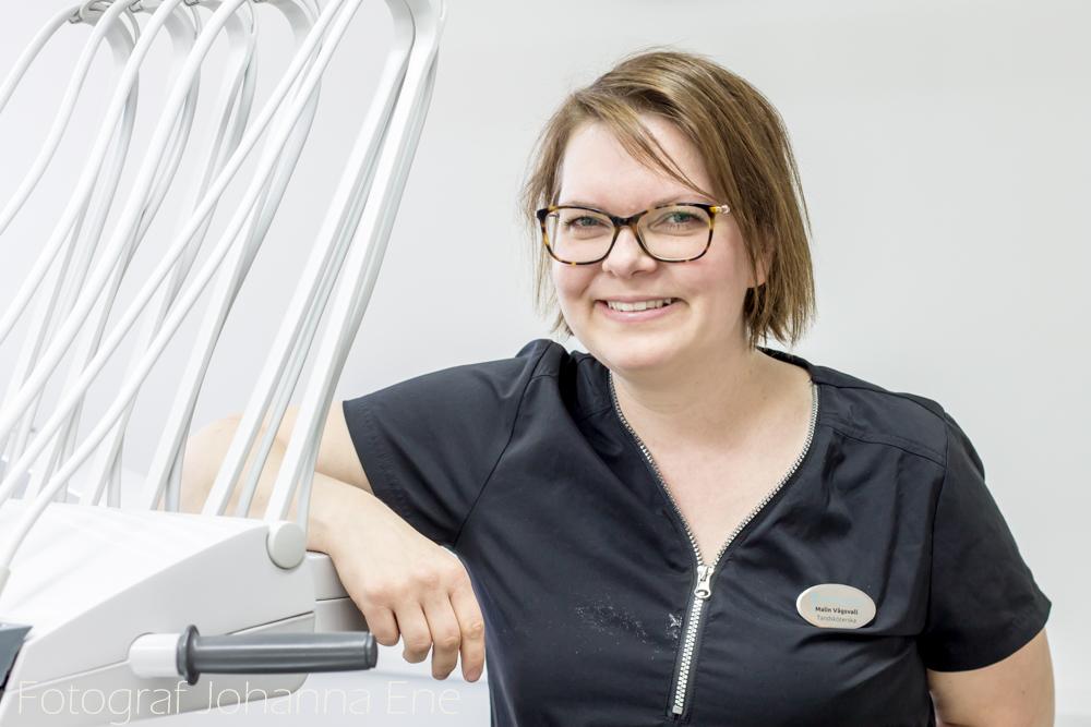 Tandsköterska Malin på tandläkarkliniken Hörntanden på Marklandsgatan, Göteborg. Foto Johanna Ene 2020.