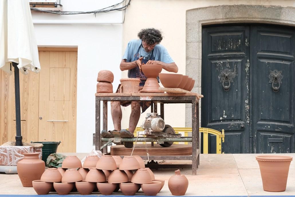 Didi Colomer fent una demostració de terrissa tradicional al torn