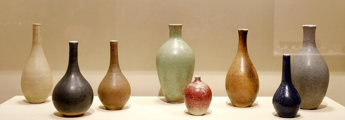 Peces del ceramista Josep Llorens Artigas dins l'exposició de ceràmica Hamada - Artigas. Els colors del foc al MNAC
