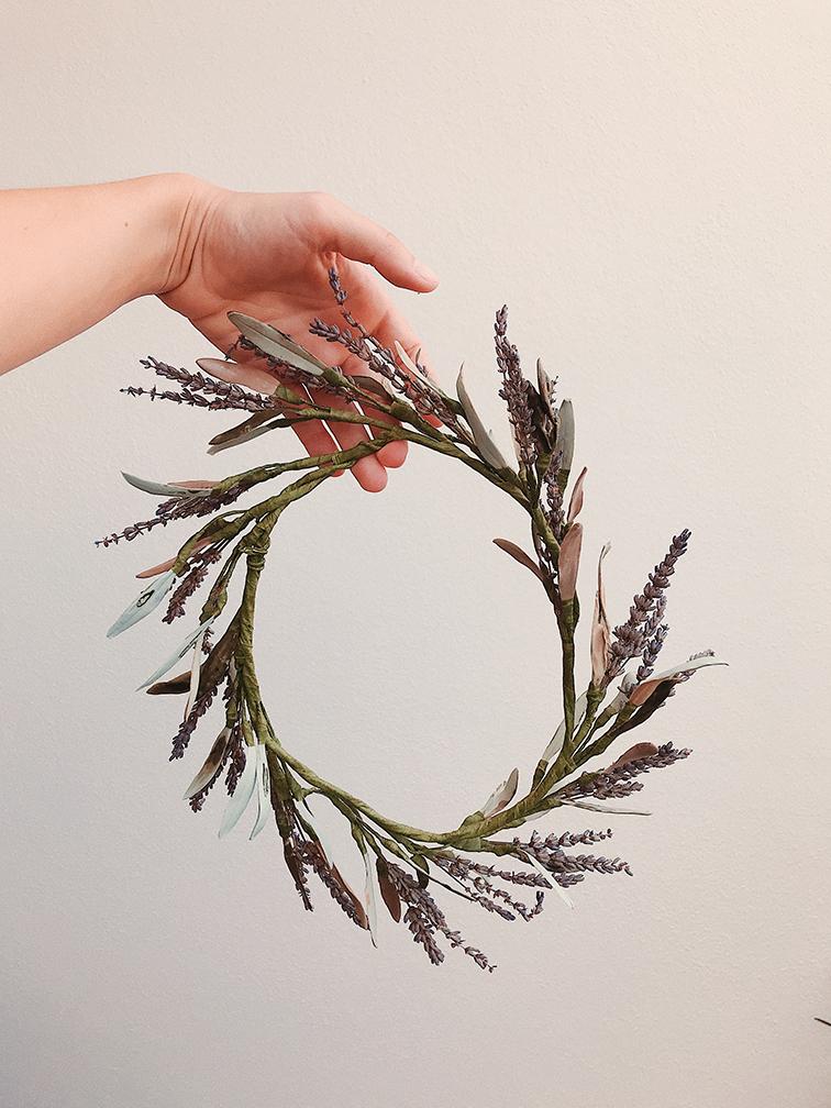 Corona de fulles d'olivera de porcellana verda esmaltada i lavanda natural