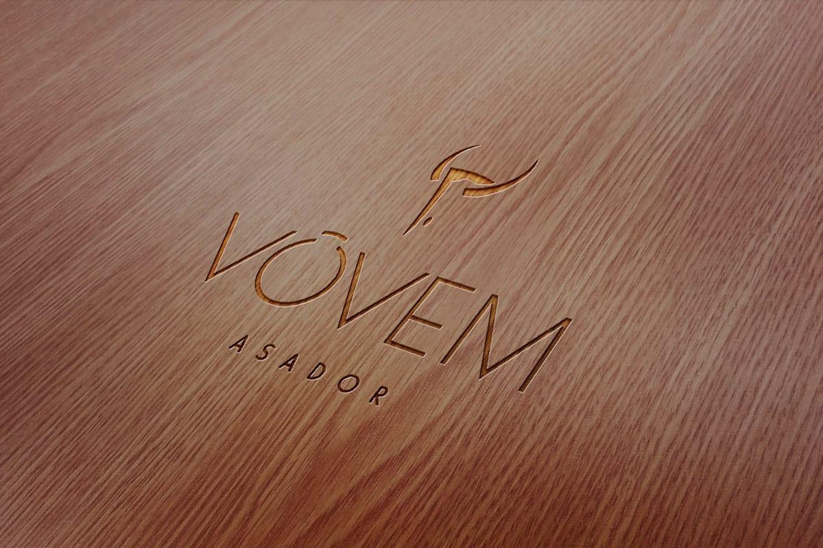 Vovem asador, aplicacion del logo en madera