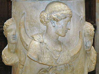 Selene, bella e giovane donna con il viso pallido