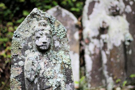 Dans le cimetière...