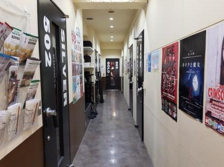 Couloir donnant sur les studios