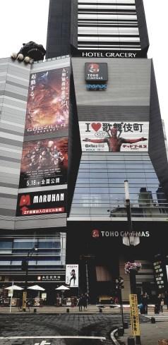Le Toho Shinjuku et sa tête de Godzilla
