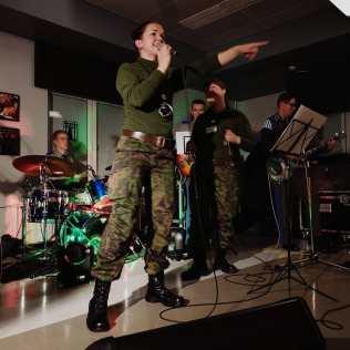 Maria laulamassa Upinniemen varuskunnassa 25.9. Kuva: Facebook.