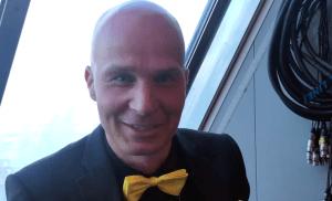 """VIDEO: Marko Maunuksela on tyyliniekka: """"Tykkään pukea kukkia ja väriä"""" – poltti päälakensa"""