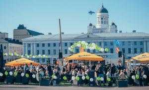 Helsingin keskustassa pääsee tanssimaan ilmaiseksi: Kauppatorin Lauantaitanssit alkoivat