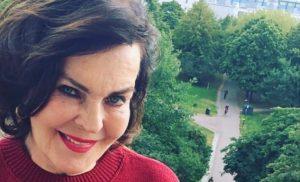"""Oho, Paula Koivuniemi alkoi """"hyvinpitelijäksi"""" ja pukeutui harvinaiseen Jussi-paitaan – katso"""
