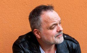 """Charles Plogman valmistautuu juhlavuoteen – uusi sinkku on """"lohduttava ja kannustava"""""""