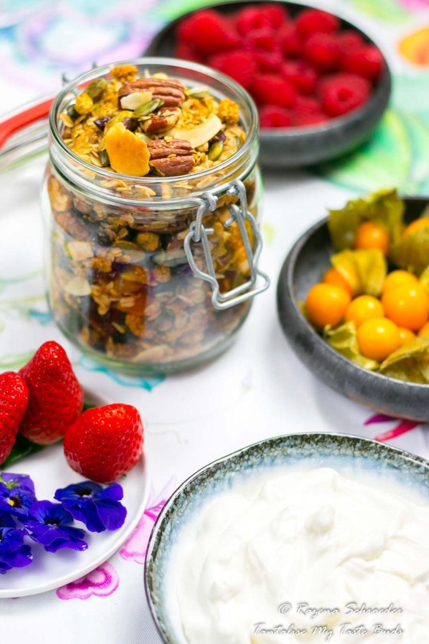 Greek yogurt and granola breakfast bowl