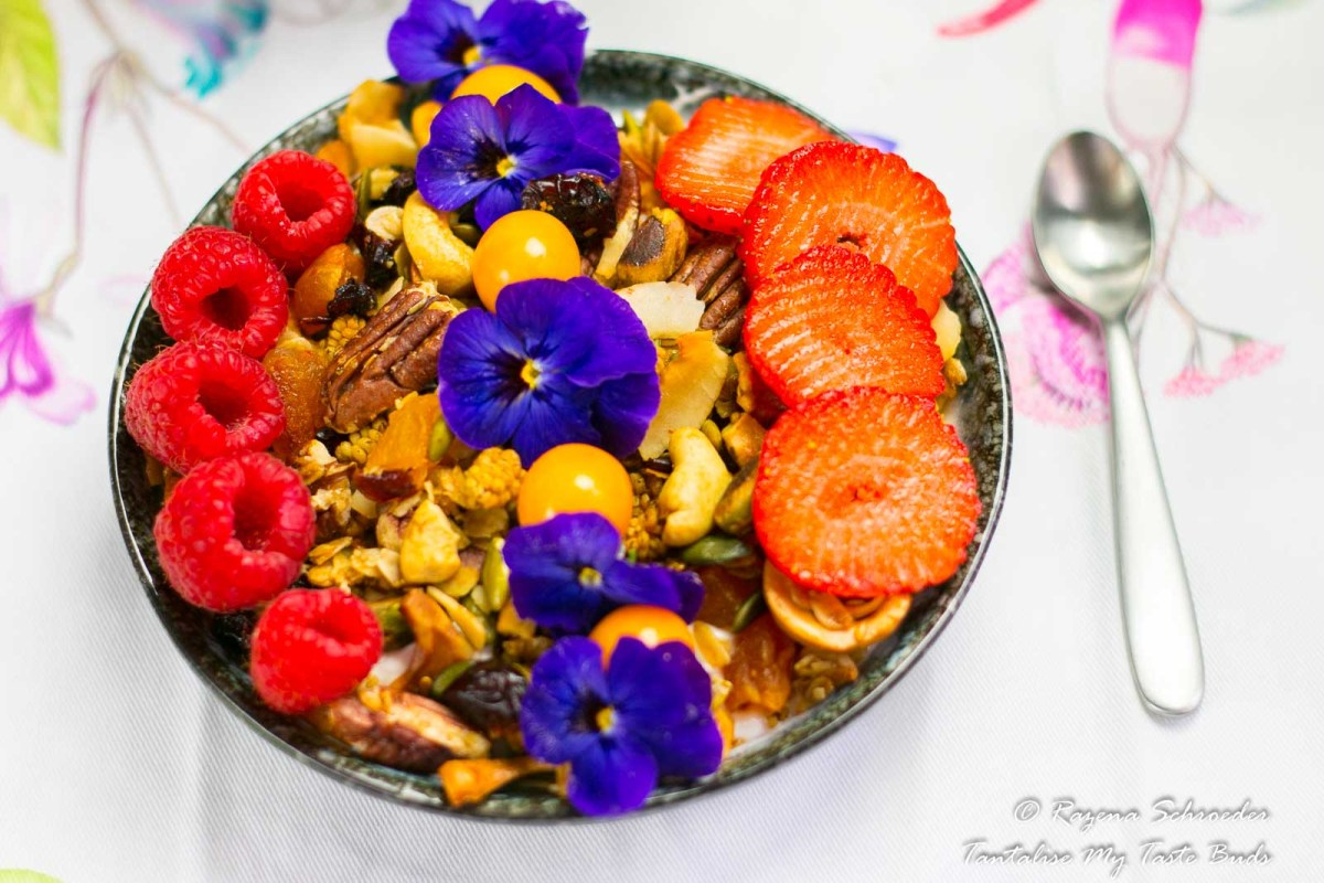 Greek yogurt and Granola breakfast bowl