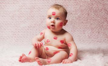 Kinderen op de mond kussen op wereld kasdag