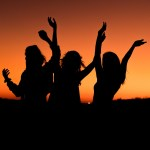 Frauen tanzen im Sonnenuntergang