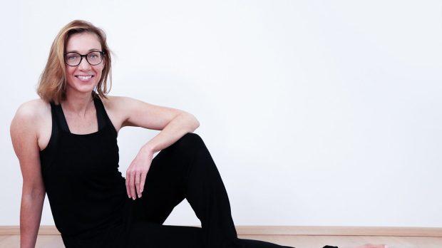 Birgit Peuker sitzend in Kamera lächelnd