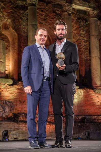 Il cantautore Giovanni Caccamo premiato dal manager di Bruno Euronics, Diego Crisafulli