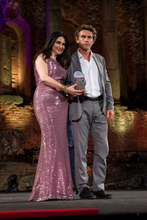 L'attore Alessio Boni premiato dalla presidente di Taomoda Agata Patrizia Saccone