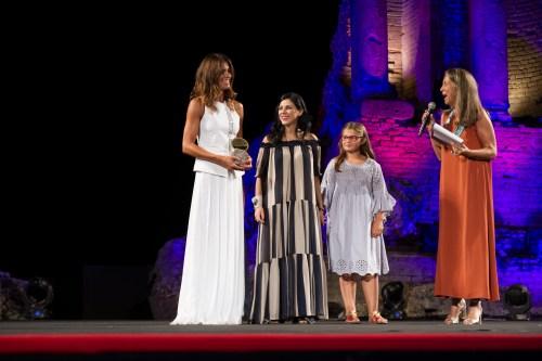 La stilista Sara Cavazza Facchini per Genny premiata dall'imprenditrice Annalisa Spadola gruppo Moak