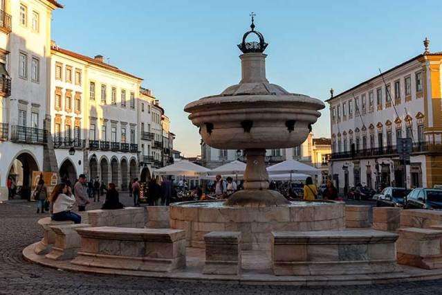 A fonte no centro da praça do Giraldo