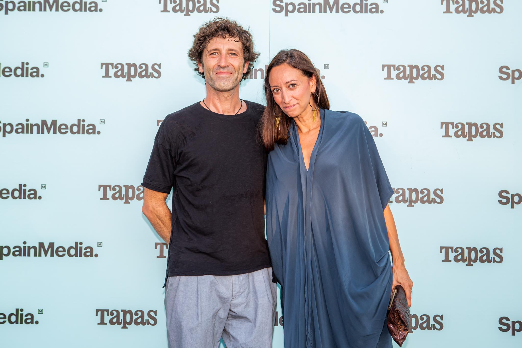 Lola Álvarez, de Welcome to Ibiza, y su acompañante.
