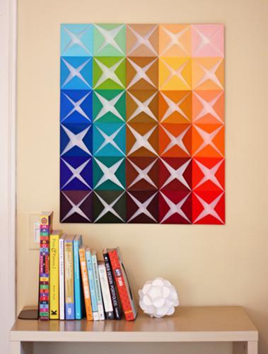 """Những tờ giấy màu hình vuông, gấp 4 góc chụm vào nhau rồi dán lên tường sẽ trở thành một """"mê trận"""" hút ánh nhìn"""