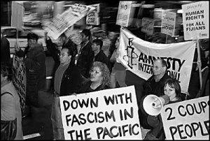"""Mielenosoittajat protestoivat """"fasismia"""" vastaan Uudessa-Seelannissa."""