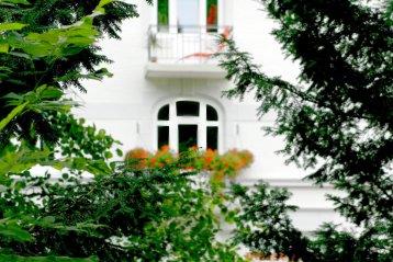 Die Bille führt am Schloss vorbei und füllt den Schlossgraben mit Wasser. Auf der anderen Seite sieht man die Fenster eines italienischen Restaurant.