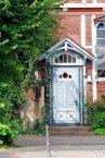 Blassbläulich ist der Nebeneingang zur Kirche. Wer gerne eintreten will, schaut bitte hier: http://goo.gl/t4n3av