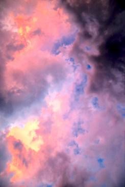 Zwischen den Wolken in der Dämmerung sieht man den blauen Himmel