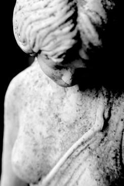 Etwas trauriges, demütiges zeigt dieses Foto. Monochrome Darstellung des Oberkörpers einer Venusstatue mit verstärkten Schatten.